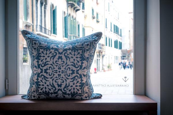 La boutique di tessuti nel cuore di Venezia